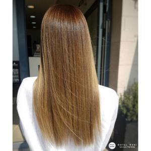 החלקת שיער לשיער בהיר בעמקים